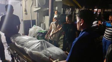 Jenazah pengusaha tepung di Pekanbaru dibawa keluarga dari kamar mayat RS Bhayangkara Polda Riau.