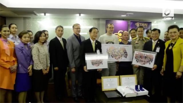 Ketiga penyelamat 12 remaja dari gua di Chiang Rai, Thailand, diundang pemerintah dan diberi hadiah. Salah satunya, penerbangan gratis seumur hidup ke Thailand.