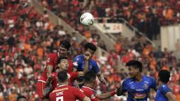 Bek Persija Jakarta, Ryuji Utomo, berebut bola atas dengan pemain Arema FC pada laga Shopee Liga 1 di SUGBK, Jakarta, Sabtu (3/8). Persija bermain imbang 2-2 atas Arema. (Bola.com/Yoppy Renato)