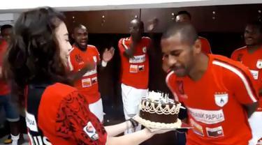 Ian Louis Kabes genap berusia 30 tahun pada hari ini (14/5/2016). Gelandang andalan Persipura Jayapura itu mendapatkan sebuah kejutan dari sang kekasih dan terlihat raut wajah malu dari sang pemain.