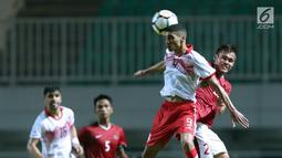 Bek Indonesia U-23, M Rezaldi Hehanusa (kanan) berebut bola dengan pemain Bahrain, Ahmed Sanad pada laga PSSI Anniversary 2018 di Stadion Pakansari, Kab Bogor, Jumat (27/4). Babak pertama Indonesia tertinggal 0-1. (Liputan6.com/Helmi Fithriansyah)