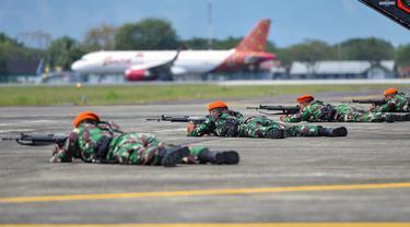 Sejumlah personel TNI AU bersiap melakukan tembakan saat latihan serangan pesawat di Lanud Sultan Iskandar Muda, Blang Bintang, Provinsi Aceh, Kamis (19/2/2020). (CHAIDEER MAHYUDDIN/AFP)