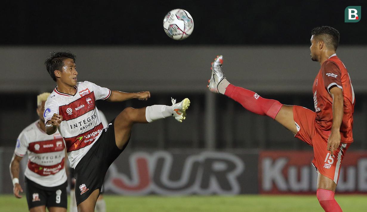 Madura United dan PSM Makassar harus puas berbagi poin pada laga pekan kedua BRI Liga 1 2021/2022 yang berlangsung di Stadion Madya, Minggu (12/09/2021) malam WIB. Pertandingan tersebut berakhir dengan skor 1-1. (Foto: Bola.com/Ikhwan Yanuar)