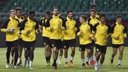 Para pemain Dortmund melakukan pemanasan saat latihan di Guangdong, Cina, Senin (17/7/2017). Dortmund akan menghadapi AC Milan pada laga International Champions Cup. (AFP)