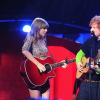 Ed Sheeran dan Taylor Swift (AFP / Jamie McCarthy / GETTY IMAGES NORTH AMERICA)