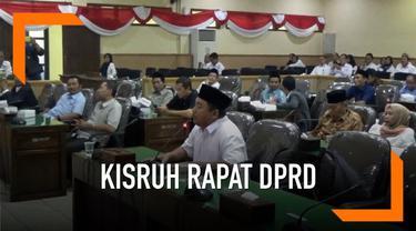 Ketidakhadiran Bupati Bojonegoro, Ana Muawanah dalam rapat paripurna DPRD memicu protes. Fraksi Gerindra meninggalkan ruangan saat rapat sedang berlangsung.