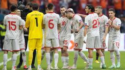 Sebelum pertandingan usai, Goran Pandev yang digantikan pemain lain mendapatkan Guard of Honour dari sejumlah pemain Makedonia Utara dipinggir lapangan. Pandev memang layak ia terima atas kariernya yang luar biasa bersama timnas. (Foto: AFP/Pool/Peter Dejong)