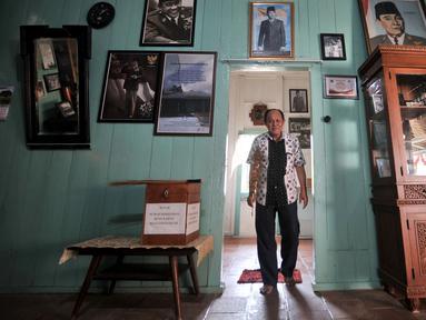 Cucu warga Tionghoa yang rumahnya digunakan tokoh muda Indonesia, Djanto Djoewari alias Djiauw Kiang Lin (70) berjalan di Rumah Pengasingan Sukarno dan Mohammad Hatta di Rengasdengklok, Karawang, Jawa Barat, Kamis (16/8). (Merdeka.com/Iqbal Nugroho)