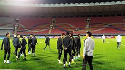 Para pemain Korea Selatan bersiap mengikuti latihan tim Stadion Kim Il Sung di Pyongyang (14/10/2019). Dalam pertandingan ini pemain depan Tottenham Son Heung-min akan bermain di laga tersebut. (Korea Football Association/AFP)