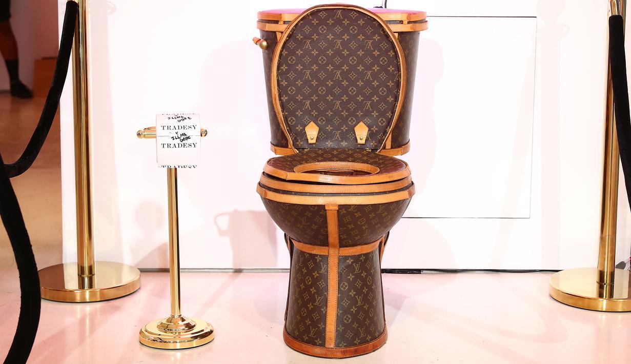 Sebuah toilet emas berlapis kulit tas Louis Vuitton dipamerkan dalam sebuah showroom di California, Los Angeles, 8 November 2017. Karya unik tersebut dibuat oleh seorang seniman bernama Illma Gore. (Joe Scarnici/Getty Images for Tradesy/AFP)