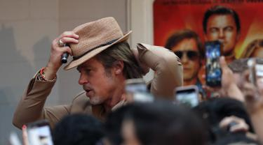 "Aktor Brad Pitt berpose selama acara karpet merah untuk film ""Once Upon a Time In Hollywood"" di Mexico City (12/8/2019). Film ""Once Upon a Time In Hollywood""  akan diputar di Mexico City pada Agustus 23.  (AP Photo/Marco Ugarte)"
