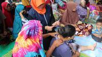Sejumlah warga korban gempa Lombok yang berada di Kecamatan Batuyang, Kecamatan Pringgabaya, mendapat pelatihan pijat oksitosin dari relawan Muhammadiyah Disaster Management Center (MDMC).