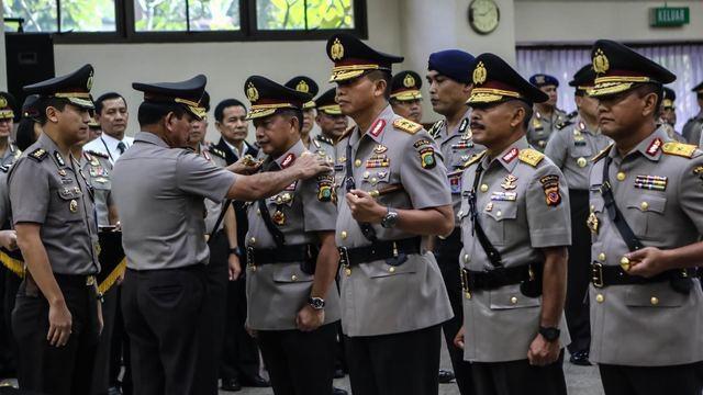 Presiden Joko Widodo sudah resmi melantik Irjen Tito Karnavian sebagai Kepala Badan Nasional Penanggulangan Terorisme (BNPT). Kendati demikian, Tito baru menyerahkan jabatan lamanya, Kapolda Metro Jaya, hari ini ke Irjen Moechgiyarto.
