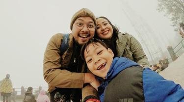 Astrid Sartiasari menikah dengan Arlan Jumarwan Djoewarsa pada November 2011. Dalam pernikahannya, ia pun dikaruniai seoarang putra yang diberi nama Alec Djuara Djoewarsa. Kini usia pernikahan keduanya sudah masuk pada tahun ke-9. (Liputan6.com/IG/@astridbasjar)