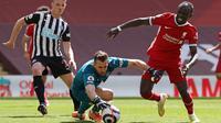 Liverpool juga bergantian mengancam melalui Sadio Mane. Tapi, kiper Newcastle, Martin Dubravka tampil agresif dan mampu menggagalkannya. (Foto: AFP/Pool/David Klein)