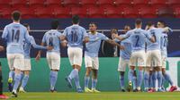 Para pemain Manchester City merayakan gol yang dicetak oleh Bernardo Silva ke gawang Borussia Moenchengladbach pada laga Liga Champions di Puskas Arena, Kamis (25/02/2021). City menang dengan skor 2-0. (AP/Laszlo Balogh)