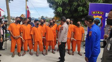 Konferensi pers penangkapan penambangan pasir laut ilegal dan pembalakan liar oleh Polda Riau.