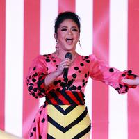 Sesuai dengan tema unik yang mengarah pada sirkus, Krisdayanti pun mengenakan kostum panggung dengan unsur sirkus pula. Istri dari Raul Lemos ini memakai kostum berwarna kontras antara paduan warna pink serta kuning. (Deki Prayoga/Bintang.com)