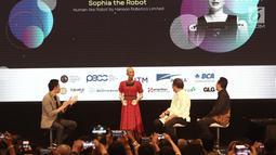 Menkominfo Rudiantara (dua kanan) didampingi Kepala Badan Ekonomi Kreatif Triawan Munaf (kanan) berinteraksi dengan robot Sophia dalam dialog internasional CSIS di Hotel Borobudur, Jakarta, Selasa (17/9/2019). Sophia merupakan produksi perusahaan asal Hong Kong. (merdeka.com/Iqbal Nugroho)
