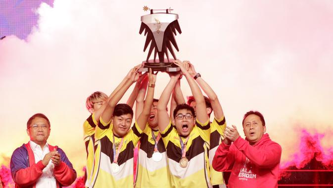Tim Onic Esports merayakan gelar juara usai mengalahkan Louvre Juggernaut pada final Piala Presiden Esports 2019 di Istora Jakarta, Minggu (31/3). Onic Esports menang 3-0 atas Louvre Juggernaut. (Bola.com/M Iqbal Ichsan)
