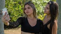 Kembar transgender Brasil, Sofia (kiri) dan Mayla berswafoto di sebuah taman di Campinas, sekitar 100 km dari Sao Paulo, pada 27 Februari 2021. Mayla dan Sofia mengungkapkan mereka tidak pernah nyaman menjadi laki-laki sejak kecil. (Nelson ALMEIDA / AFP)