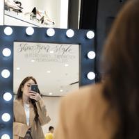 Simak tips melakukan mirror selfie untuk menghasilkan foto maksimal (Foto: Pedro)
