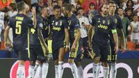 Para pemain Juventus memenangkan Cristiano Ronaldo usai mendapat kartu merah dari wasit saat melawan Valencia pada laga Liga Champions di Stadion Mestalla, Valencia, Rabu (19/9/2018). Juventus menang 2-0 atas Valencia. (AFP/Jose Jordan)