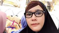 Saat ibadah umrah, Maia Estianty tampil cantik dengan mengenakan hijab berwarna hitam. (foto: instagram.com/maiaestiantyreal)