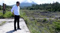 Presiden Jokowi saat mengecek upaya revitalisasi lahan kritis sekitar Dam Kali Putih, Magelang Jawa Tengah, Jumat (14/2/2020). (Liputan6.com/Lizsa Egeham)