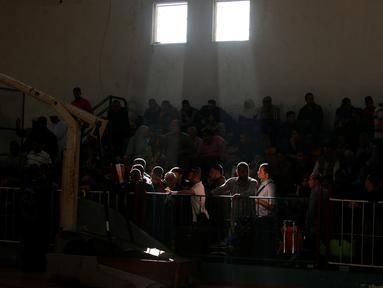 Sejumlah warga Gaza menunggu izin perjalanan untuk menyeberang ke Mesir melalui perbatasan Rafah setelah dibuka selama dua hari oleh pemerintah Mesir, di selatan Jalur Gaza 11 Mei 2016. (REUTERS / Suhaib Salem)
