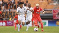 Duel gelandang Persipura Jayapura, Takuya Matsunaga, dan penyerang Borneo FC, Diogo Campos, dalam laga pekan kedua Shopee Liga 1 2020, Sabtu (7/3/2020). Borneo FC menang 2-0 dalam laga yang digelar di Stadion Segiri, Samarinda, itu. (Bola.com/Gatot Susetyo)