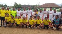 Enden, menggunakan korstim kuning (berdiri paling kiri atas) sebelum pertandingan melawan Media United dalam Muspica Cup U35 (Liputan6.com/Jayadi Supriadin)