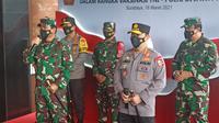 Panglima TNI Marsekal TNI Hadi Tjahjanto bersama dengan Kepala Kepolisian Republik Indonesia (Kapolri) Jenderal Listyo Sigit Prabowo