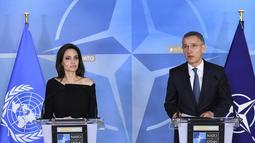 Sekretaris Jenderal NATO Jens Stoltenberg (kanan) dan aktris dan Duta UNHCR, Angelina Jolie memberi keterangan saat konferensi pers di Markas Besar NATO di Brussels, Belgia (31/1). (AFP Photo/Emmanuel Dunand)
