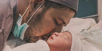 Ammar Zoni dan Irish bella kini tengah berbahagia karena buah hati yang mereka nantikan sudah lahir ke dunia. Namun pasangan orangtua baru ini juga menjadi pembicaraan karena pemberian nama untuk jagoan kecilnya. (Instagram/ammarzoni)