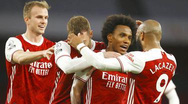 Gelandang Arsenal, Willian, melakukan selebrasi usai mencetak gol ke gawang West Bromwich Albion pada laga Liga Inggris di Stadion Emirates, Senin (10/5/2021). Arsenal menang dengan skor 3-1. (Richard Heathcote/ Pool via AP)