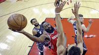 Pebasket Houston Rockets, James Harden, berusaha memasukan bola saat pertandingan melawan San Antonio Spurs pada laga NBA di Toyota Center Selasa (13/2/2018). Houston Rockets menang 109-93 atas San Antonio Spurs. (AP/David J. Phillip)