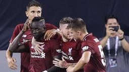 Penyerang Liverpool, Sadio Mane (kedua kiri) berselebrasi bersama rekannya usai mencetak gol ke gawang Manchester City pada pertandingan International Champions Cup di East Rutherford, N.J. (25/7). Liverpool menang 2-1 atas City. (AFP Photo/Kena Betancur)