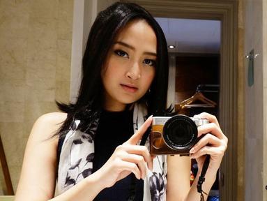 PJ dikenal sebagai salah satu artis berbakat. Meski 7 Icons sudah bubar, karier wanita asal Surabaya ini masih terus berlanjut. Penampilannya juga semakin stylish. Kini ia tampil kasual dengan tank top turtleneck yang dipadukan dengan scarf bermotif. (Liputan6.com/IG/@nyonyahpjofficial)