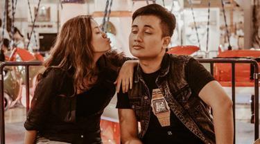 Meski sudah 12 tahun bersama, pasangan ini selalu harmonis dan romantis. Baik Vina ataupun Denny, keduanya kerap mengunggah momen manis mereka di laman Instagram pribadi. (Liputan6.com/IG/@_dennydarko_/)