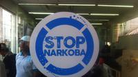 Kepala BNN Komjen Budi Waseso menempelkan stiker bertuliskan Stop Narkoba di beberapa minimarket di sekitar Bundaran HI, Jalan MH Thamrin, Jakarta Pusat. (Liputan6.com/Andreas Gerry Tuwo)