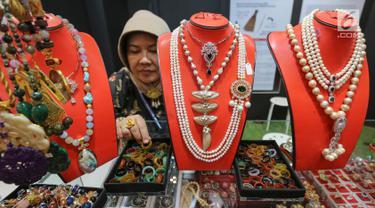 Pelaku usaha menengah merapikan batu alam UMKM Kreasi Batu Alam di booth Yayasan Dharma Bhakti Astra (YDBA) GIIAS 2019, ICE BSD Tangerang, Jumat (19/7/2019). YDBA mewadahi produk unggulan Women's Corner dengan mengajak keterlibatan unsur lokal. (Liputan6.com/Fery Pradolo)