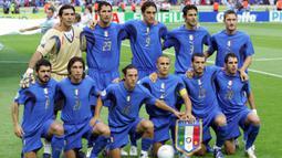 Gelandang Italia, Andrea Pirlo, bersama rekan-rekannya bersiap menghadapi Prancis pada laga final Piala Dunia di Stadion Olympic, Berlin, Minggu (9/72006). Pada turnamen ini Pirlo berhasil mengantar Italia juara. (AFP/Odd Andersen)