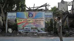 Seorang petugas menunjukkan kondisi bangunan yang ambruk di SMP Negeri 32, Pejagalan, Tambora, Jakarta, Selasa (14/8). Hingga saat ini Pemprov DKI Jakarta belum juga merenovasi ulang bangunan sekolah tersebut. (Merdeka.com/ Iqbal S. Nugroho)