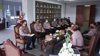 Polda Jawa Timur (Jatim) dan  Mapolresta Sidoarjo  menggelar rapat koordinasi terkait sinkronisasi data dan penanganan Covid-19. (Dian Kurniwan/Liputan6.com)