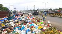 Aksi dari Koalisi Sapu Bersih di tumpukan sampah Pekanbaru karena tak kunjung diangkut petugas. (Liputan6.com/Istimewa)