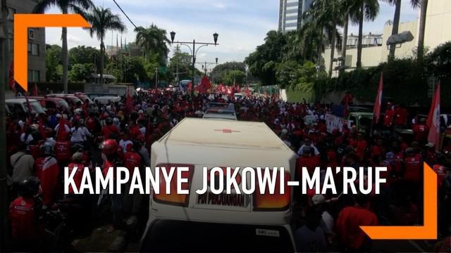 Jelang kampanye akbar Joko Widodo - Ma'ruf Amin, sejumlah pendukung sudah bersiap padati kawasan bundaran HI Sabtu (13/4) siang. Mereka akan konvoi bersama ke Gelora Bung Karno.