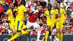 Aksi apik Sean Kolasinac melewati empat pemain Crystal Palace pada laga lanjutan Premier League yang berlangsung di Stadion Emirates, Minggu (21/4). Arsenal kalah 2-3 kontra Crystal Palace. (AFP/Adrian Dennis)