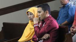 Bupati Bener Meriah, Ahmadi bersiap mengikuti sidang perdana kasus dugaan suap alokasi dan penggunaan anggaran Dana Otonomi Khusus Aceh di Pengadilan Tipikor, Jakarta, Kamis (27/9). Sidang mendengar pembacaan dakwaan. (Liputan6.com/Helmi Fithriansyah)