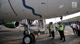 Menteri Perhubungan (Menhub) Budi Karya Sumadi mengecek kondisi pesawat saat meninjau pelayanan arus mudik di Bandara Halim Perdanakusuma, Jakarta, Senin (11/6). (Merdeka.com/Iqbal Nugroho)